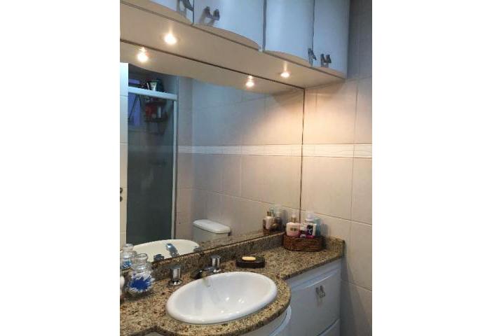 Jabaquara, Apartamento Padrão-Banheiro social com box de vidro, pia de granito e armários com iluminação embutida.