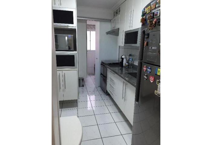 Jabaquara, Apartamento Padrão-Cozinha com piso de cerâmica, armários planejados, pia de granito e porta de vidro na passagem para a área de serviço