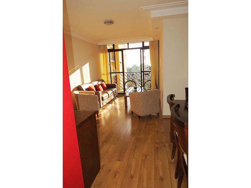 Jabaquara, Apartamento Padrão - Sala em L com dois ambientes, piso de madeira, teto com sanca de gesso, iluminação embutida, cortineiro e acesso à varanda.