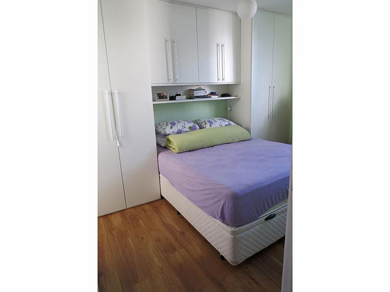 Jabaquara, Apartamento Padrão-Suíte com piso de madeira, teto com moldura de gesso e armários planejados.