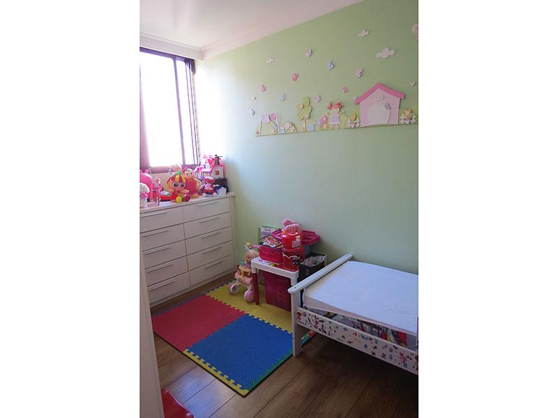 Jabaquara, Apartamento Padrão-2º Quarto com piso de madeira, teto com moldura de gesso, cortineiro e armários planejados.