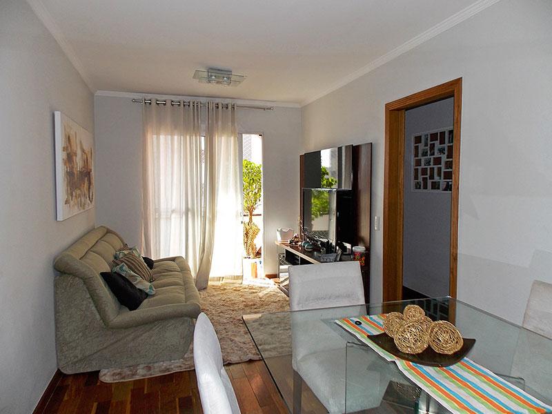 Jabaquara, Apartamento Padrão - Sala com piso de madeira, teto com moldura de gesso, iluminação embutida e acesso a varanda.