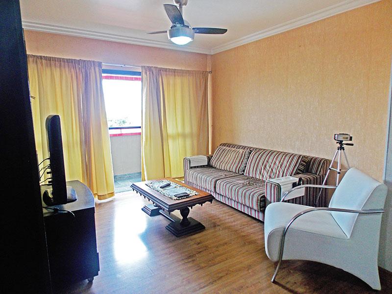 Jabaquara, Apartamento Padrão - Sala em L com piso de laminado, teto com moldura de gesso e acesso a varanda.