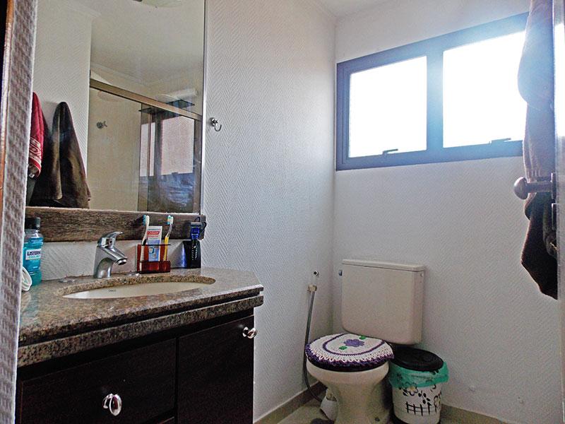 Jabaquara, Apartamento Padrão-Banheiro da suíte com piso de cerâmica, teto com moldura de gesso, gabinete, pia de granito e box de vidro.