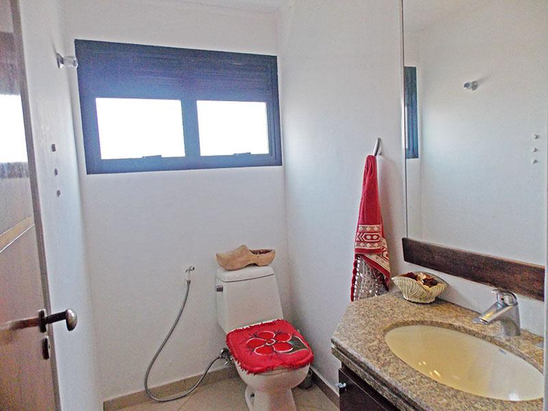 Jabaquara, Apartamento Padrão-Banheiro social com piso de cerâmica, teto com moldura de gesso, gabinete e pia de granito.