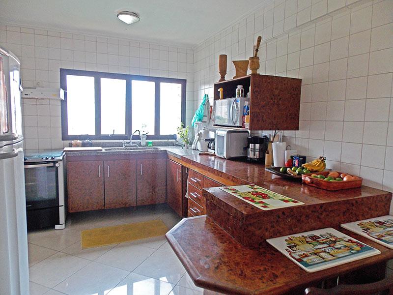 Jabaquara, Apartamento Padrão-Cozinha com piso de porcelana, teto com moldura de gesso, armários planejados, gabinete, pia de granito e acesso a área de serviço.