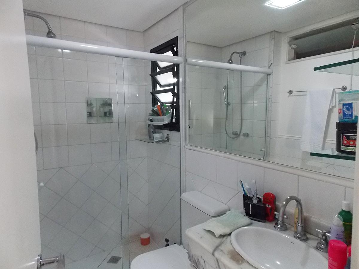 Sacomã, Apartamento Padrão-Banheiro da suíte com piso de cerâmica, box de vidro e pia de mármore branco com gabinete.