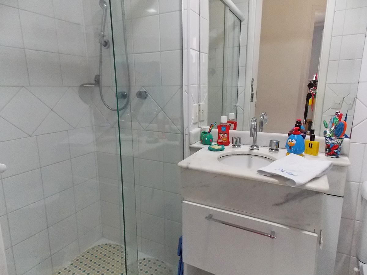 Sacomã, Apartamento Padrão-Banheiro social com piso de cerâmica, box de vidro e pia de mármore branco com gabinete.