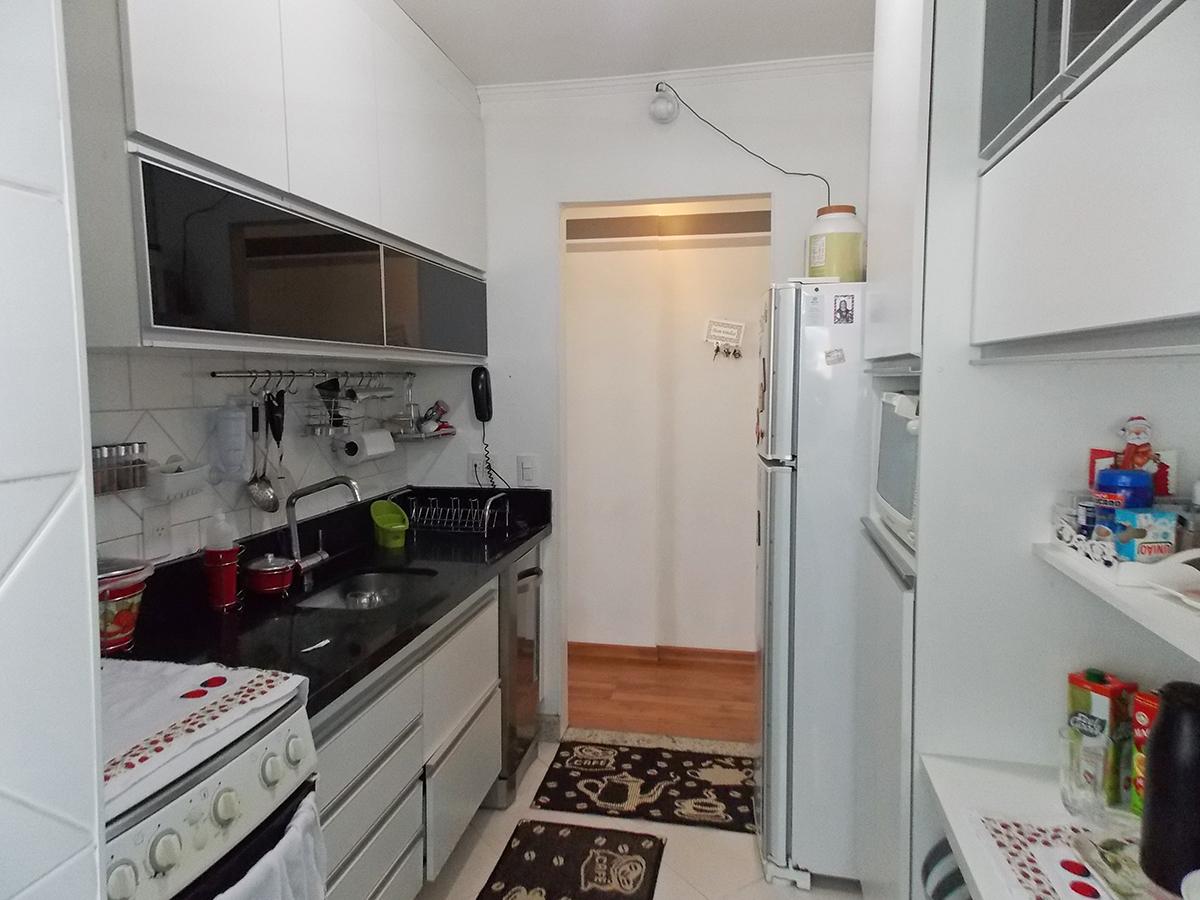 Sacomã, Apartamento Padrão-Cozinha com piso de porcelanato, teto com moldura de gesso, pia de granito e armários planejados.