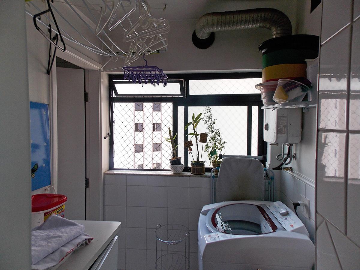 Sacomã, Apartamento Padrão-Área de serviço com piso de porcelanato, aquecedor de passagem e janela com tela de proteção.
