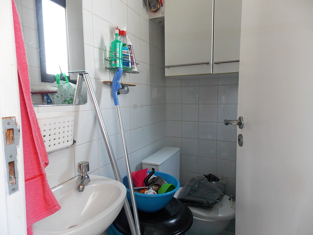 Sacomã, Apartamento Padrão-Banheiro de serviço com pia de porcelana e armário.
