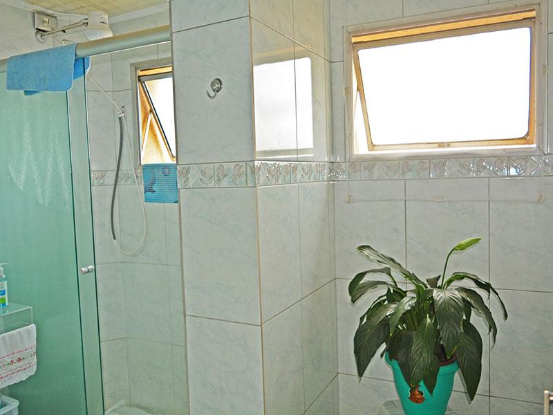 Ipiranga, Apartamento Padrão-Banheiro social com piso de cerâmica, pia de vidro e box de vidro.