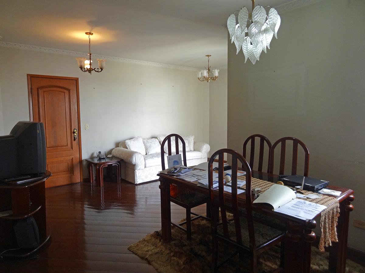 Ipiranga, Apartamento Padrão-Sala em L com dois ambientes, piso de madeira, teto com moldura de gesso e acesso à sacada.
