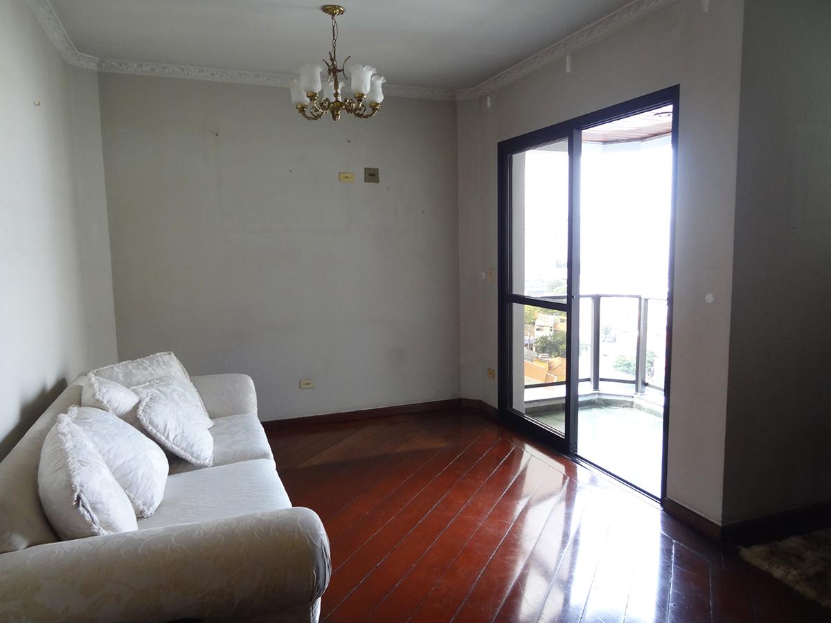 Ipiranga, Apartamento Padrão - Sala em L com dois ambientes, piso de madeira, teto com moldura de gesso e acesso à sacada.