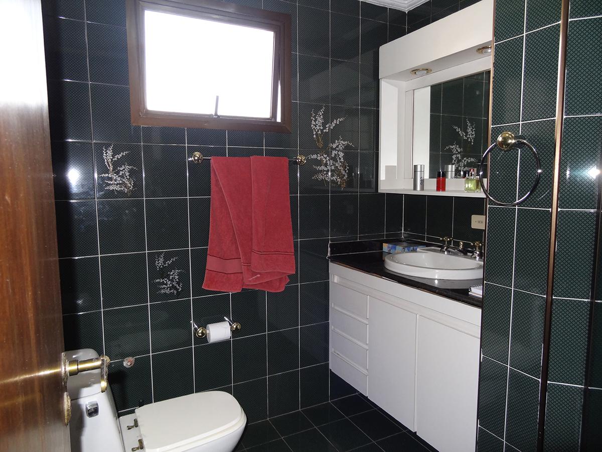 Ipiranga, Apartamento Padrão-Banheiro da suíte com piso de cerâmica, box de vidro e pia de granito com gabinete.