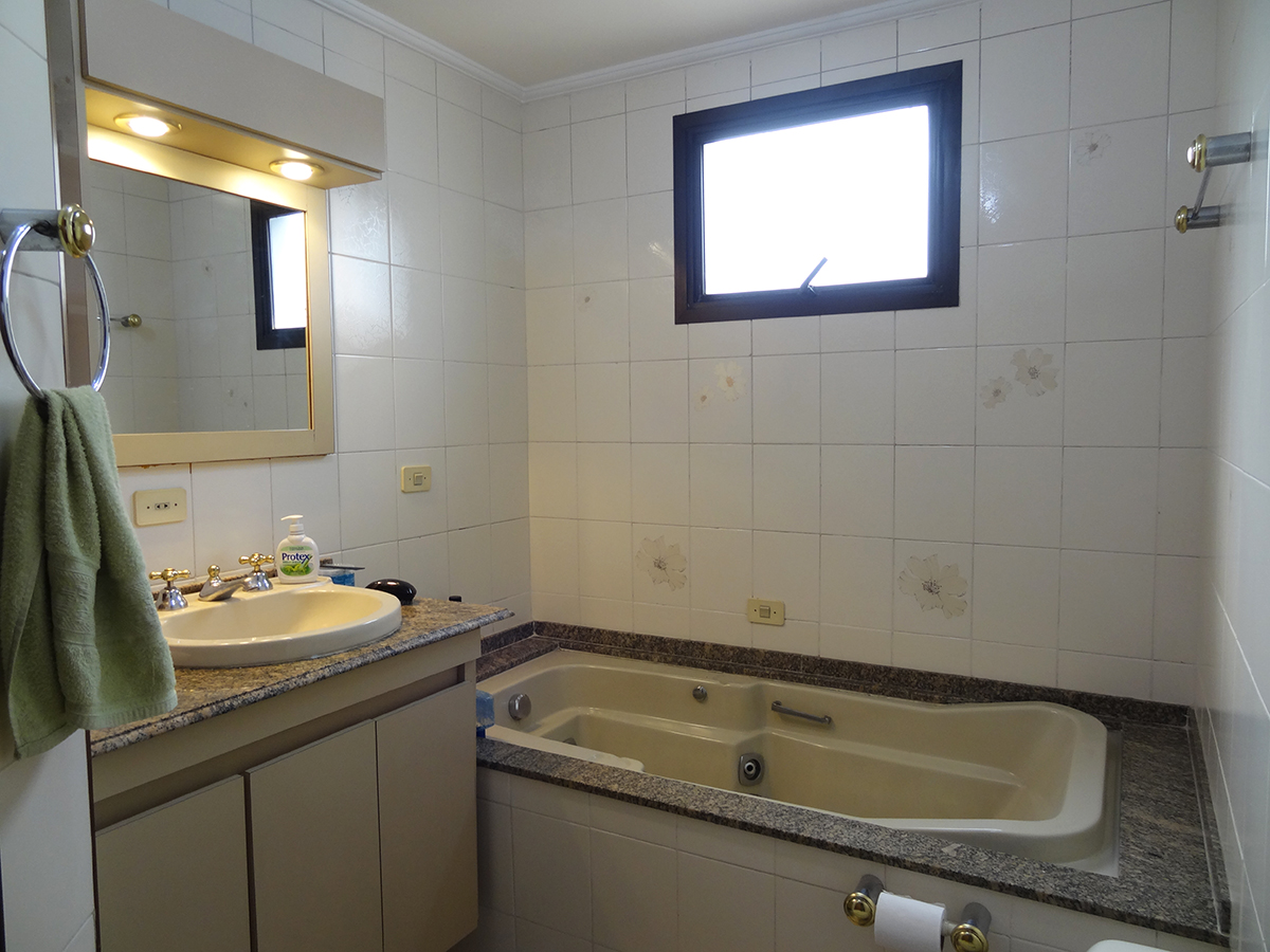 Ipiranga, Apartamento Padrão-Banheiro social com piso de cerâmica, teto com moldura de gesso, pia de granito e banheira de hidromassagem.