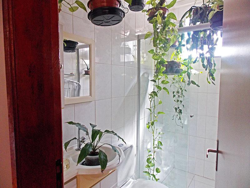 Jabaquara, Apartamento Padrão-Banheiro social com piso de cerâmica, teto com moldura de gesso, gabinete, pia de nanoglass e box de vidro.