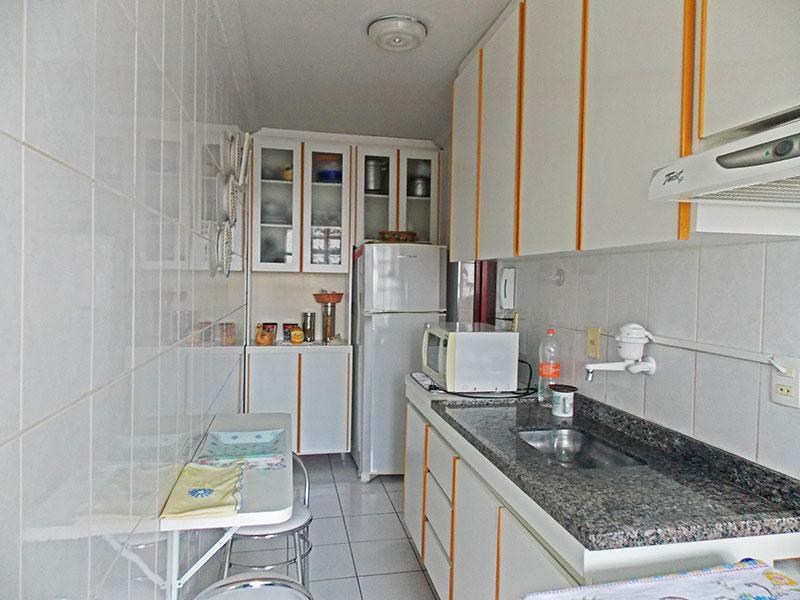 Jabaquara, Apartamento Padrão-Cozinha com piso de cerâmica, teto com moldura de gesso, armários planejados, gabinete pia de granito e acesso a área de serviço.