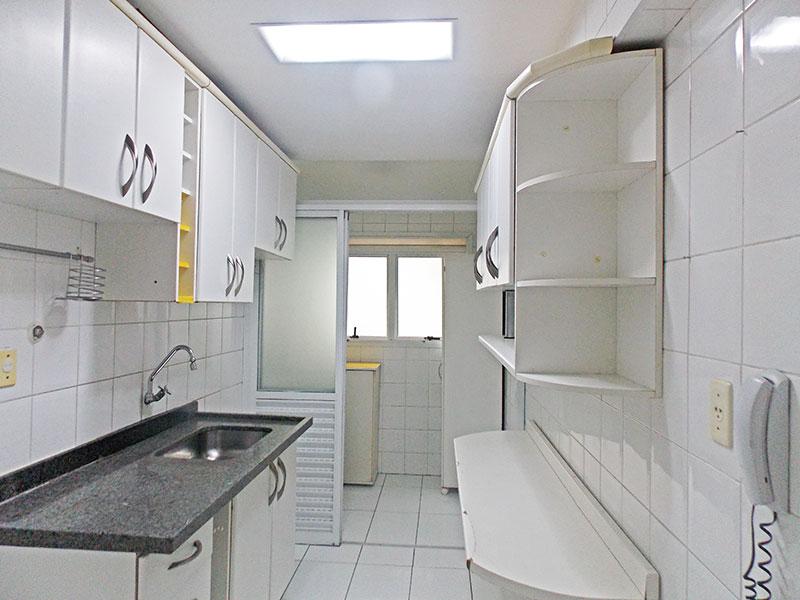Jabaquara, Apartamento Padrão-Cozinha com piso de cerâmica, armários planejados, pia de granito e porta na passagem para a área de serviço.