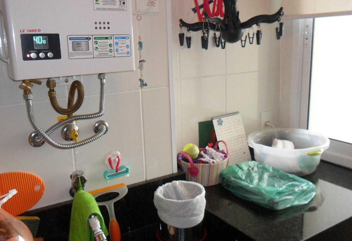 Sacomã, Apartamento Padrão-Área de serviço com piso de cerâmica, pia de granito com gabinete e aquecedor de passagem.