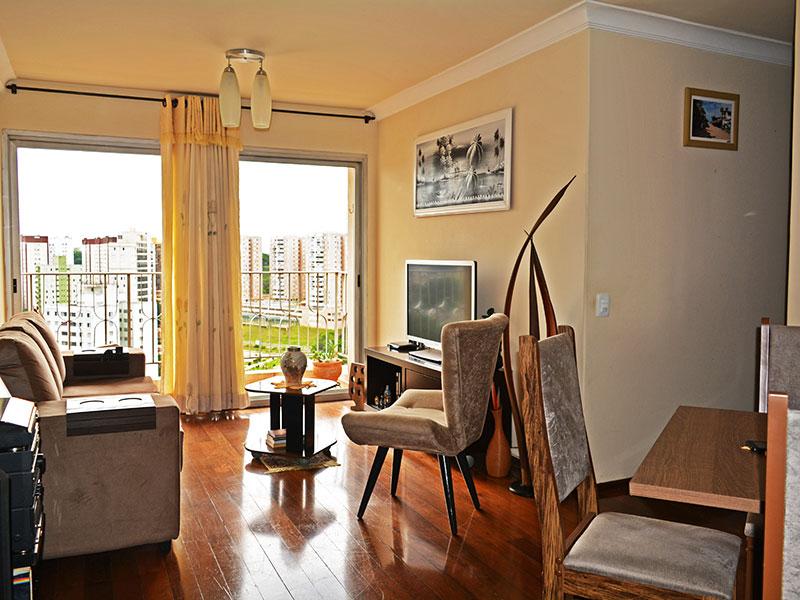 Jabaquara, Apartamento Padrão - Sala em L com piso de carpete de madeira e acesso à varanda.