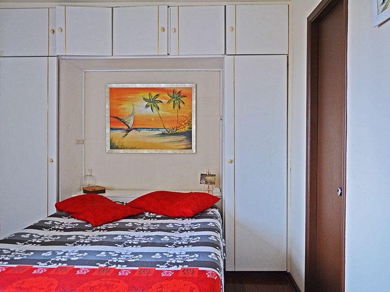 Jabaquara, Apartamento Padrão-Suíte com piso de carpete de madeira, armários planejados e embutidos.