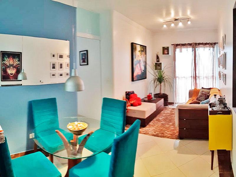 Ipiranga, Apartamento Padrão-Sala retangular com dois ambientes, piso de cerâmica, teto com moldura de gesso e acesso à sacada.