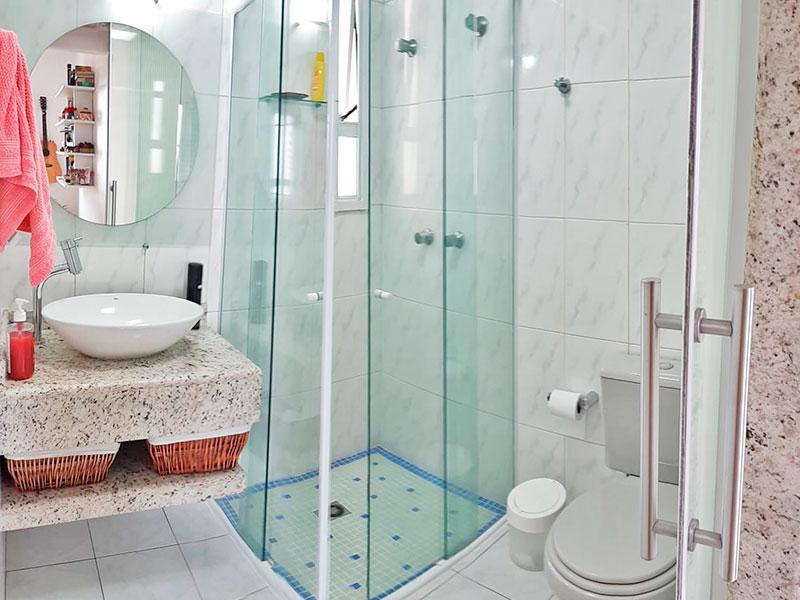 Ipiranga, Apartamento Padrão-Banheiro social com piso de cerâmica, teto com moldura de gesso, pia sobreposta e box de vidro.