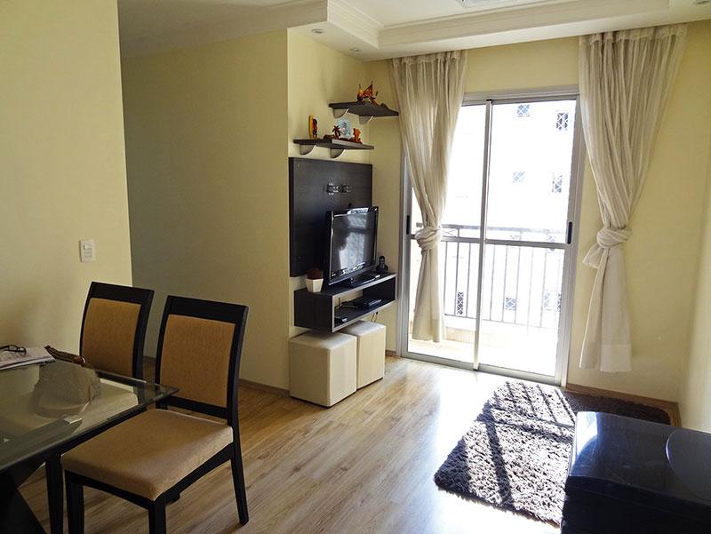 Sacomã, Apartamento Padrão - Sala retangular com piso laminado, teto com sanca de gesso, iluminação embutida, cortineiro e acesso à varanda.