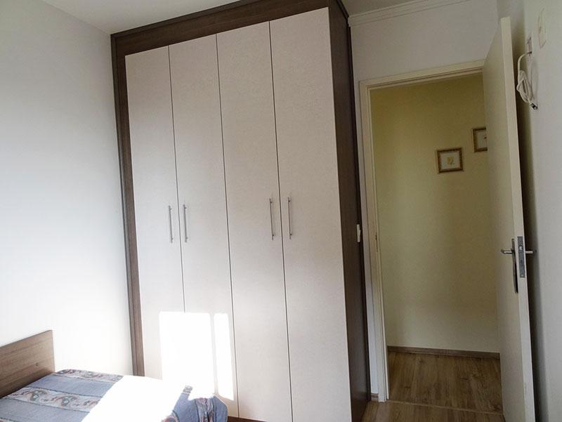 Sacomã, Apartamento Padrão-Dormitórios com piso laminado, teto com moldura de gesso e armários planejados.
