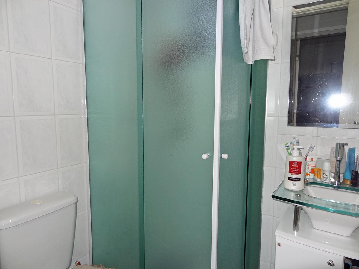 Sacomã, Apartamento Padrão-Banheiro social com piso de cerâmica, box de vidro e pia com bancada de vidro e gabinete.