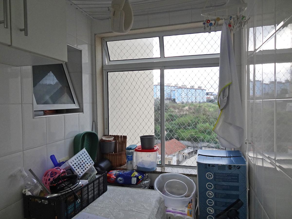 Sacomã, Apartamento Padrão-Área de serviço com piso de cerâmica, armários e janela com tela de proteção.