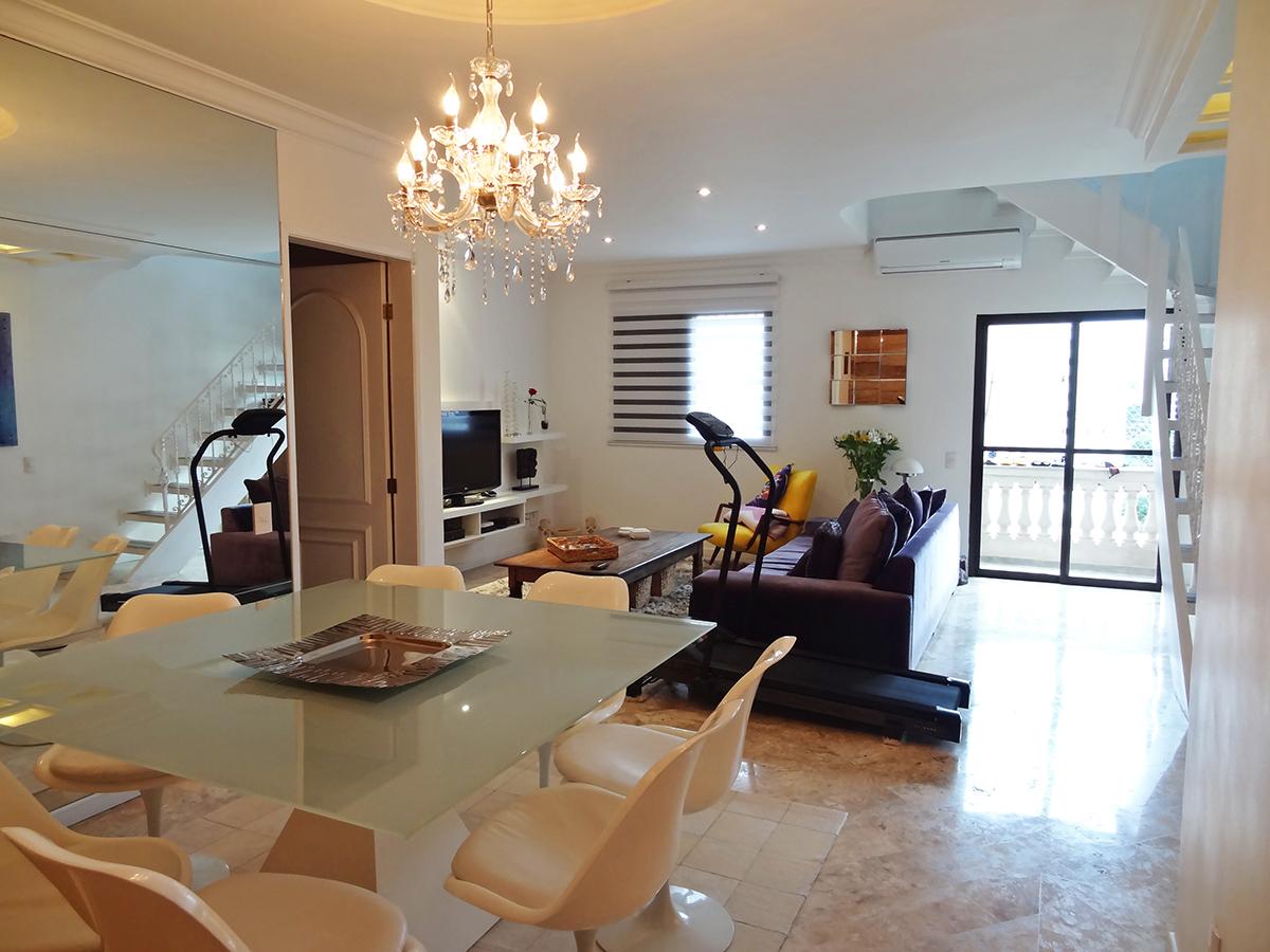 Saúde, Cobertura Duplex - Sala no piso superior com piso laminado, teto rebaixado, iluminação embutida, ar condicionado, lareira e acesso ao terraço.
