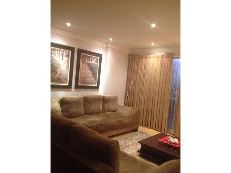 Ipiranga, Apartamento Padrão - Sala ampliada com dois ambientes, piso laminado, teto com moldura de gesso, iluminação embutida e acesso à varanda.