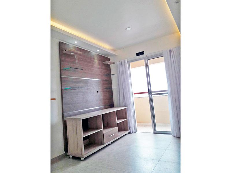 Sacomã, Apartamento Padrão - Sala com piso de cerâmica, teto com sanca de gesso, iluminação embutida, acesso a varanda e armários.