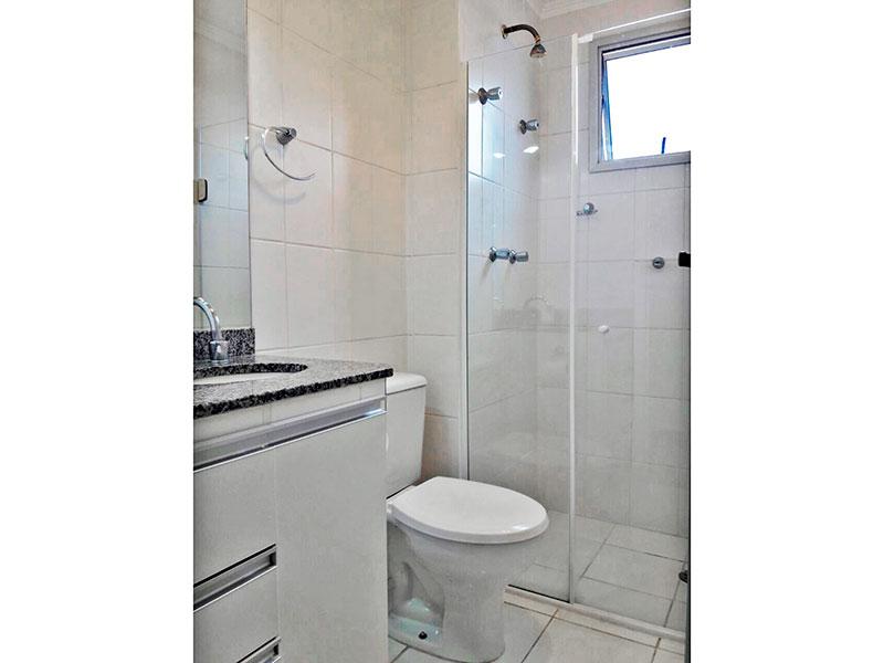 Sacomã, Apartamento Padrão-Banheiro social om piso de cerâmica, teto com moldura de gesso, gabinete, pia de granito e box de vidro.