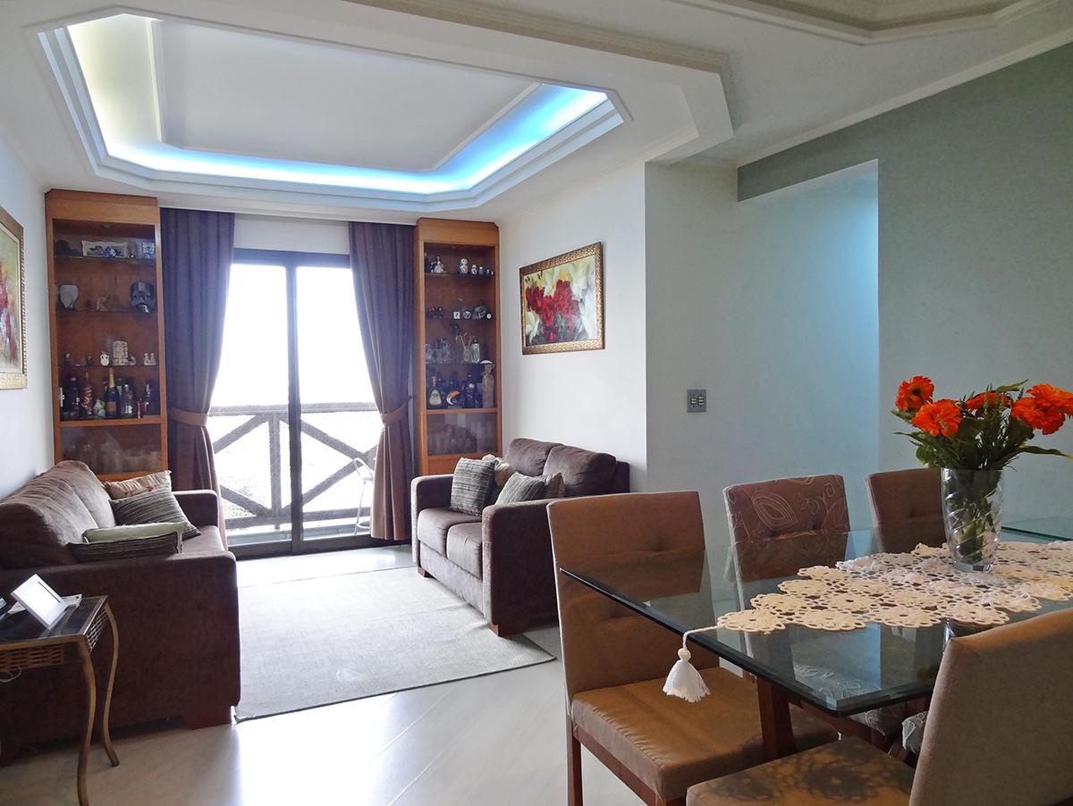 Sacomã, Apartamento Padrão - Sala em L com dois ambientes, piso laminado, teto com sanca de gesso, iluminação embutida, móveis planejados e acesso à sacada.