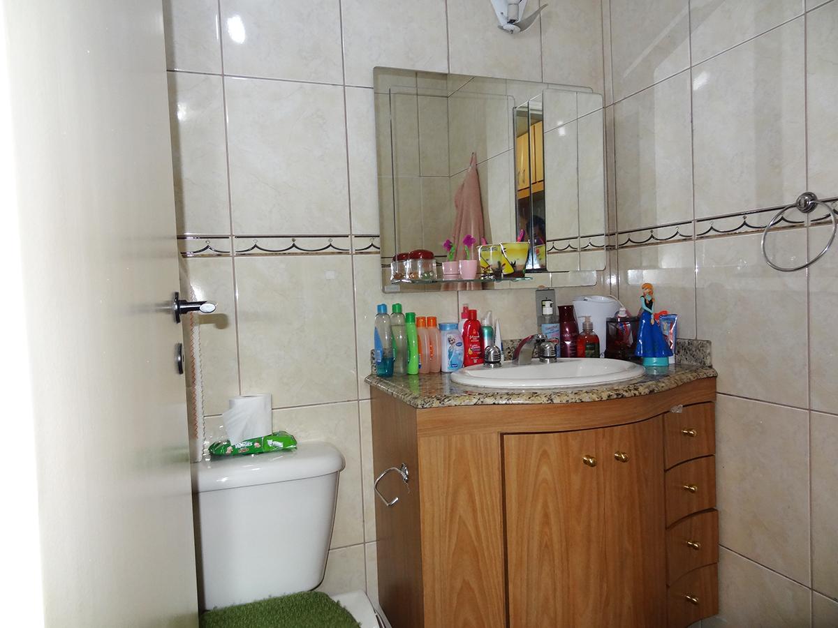 Sacomã, Apartamento Padrão-Banheiro da suíte com piso de cerâmica, box de vidro e pia de granito com gabinete.