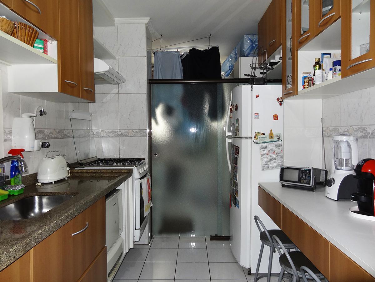 Sacomã, Apartamento Padrão-Cozinha com piso de cerâmica, teto com moldura de gesso, passa pratos, armários planejados e pia de granito.