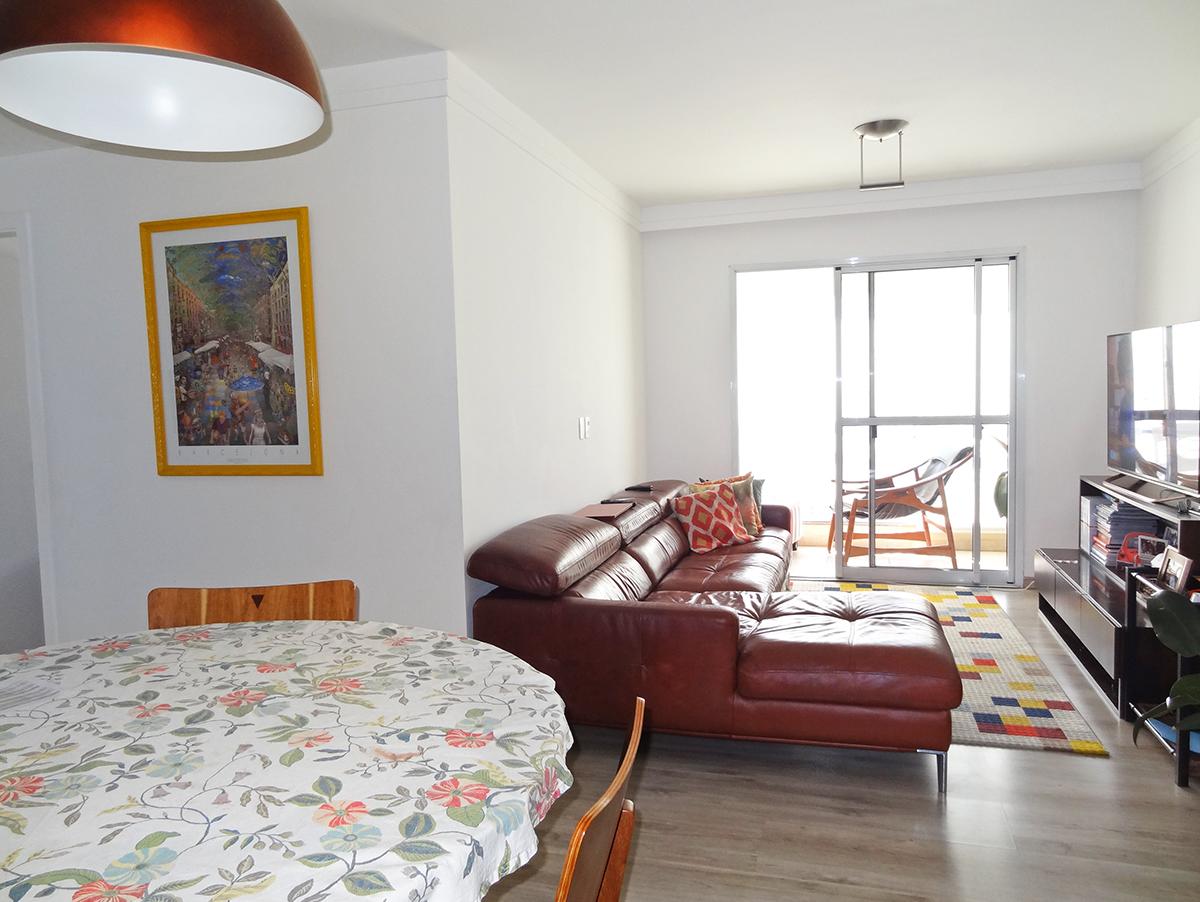 Ipiranga, Apartamento Padrão-Sala em L com dois ambientes, piso laminado, teto com moldura de gesso e acesso à varanda.