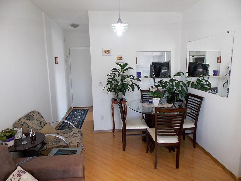 Sacomã, Apartamento Padrão-Sala retangular com dois ambientes, piso laminado e acesso à varanda.