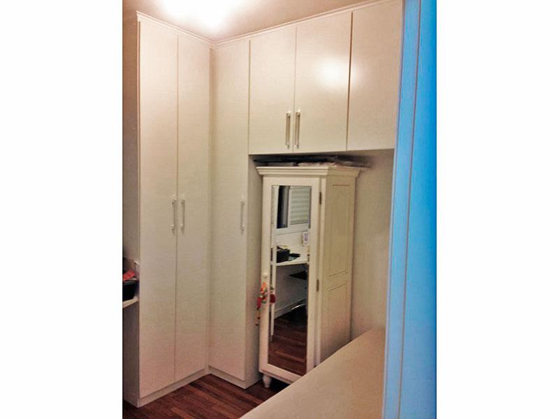 Ipiranga, Apartamento Padrão-3º Quarto com piso de madeira, teto com moldura de gesso e armários planejados.