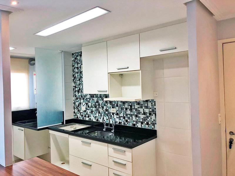 Sacomã, Apartamento Padrão-Cozinha americana com piso de cerâmica, teto com sanca, armários planejados, gabinete, pia de granito e acesso a área de serviço.