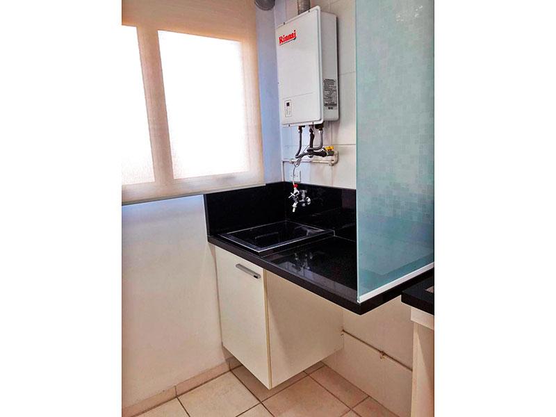 Sacomã, Apartamento Padrão-Área de serviço com piso de cerâmica, gabinete, pia de granito e aquecedor de passagem.
