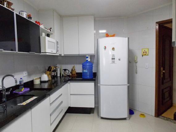 Jabaquara, Apartamento Padrão-Cozinha com piso de cerâmica, teto com moldura de gesso, armários planejados e pia de granito.