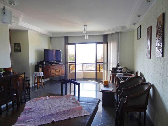 Ipiranga, Apartamento Padrão - Sala retangular com dois ambientes, piso de granito, teto com sanca de gesso, iluminação embutida, cortineiro e acesso à varanda.