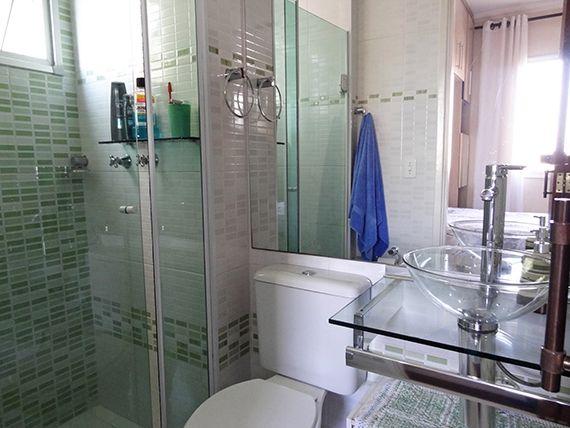 Sacomã, Apartamento Padrão-Banheiro da suíte com piso de cerâmica, box de vidro, pia com bancada de vidro e cuba sobreposta de acrílico.