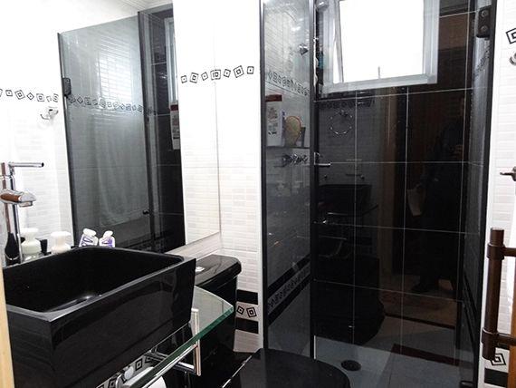 Sacomã, Apartamento Padrão-Banheiro social com piso de cerâmica, box de vidro, pia com bancada de vidro e cuba sobreposta de porcelana.