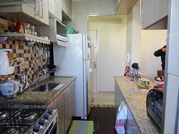 Sacomã, Apartamento Padrão-Cozinha americana com piso de cerâmica, bancada e pia de granito, teto com moldura de gesso e armários planejados.