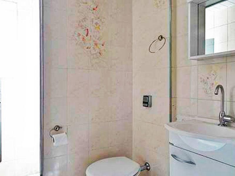 Sacomã, Apartamento Padrão-Banheiro social com piso de cerâmica e pia com gabinete.